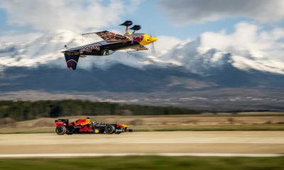 Red Bull Racing promove corrida entre carro de F1 e avião de ponta-cabeça