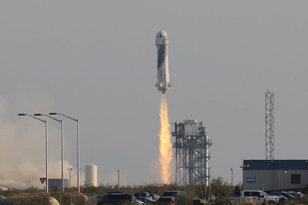 Jeff Bezos vai ao espaço sem piloto em nave da Blue Origin